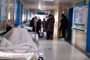 抗击肺炎的底层医院发热门诊排长队防疫物资现缺少送检需有疫区触摸史