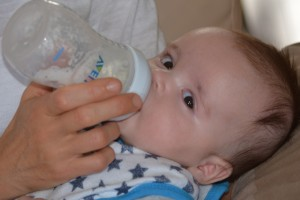 宝宝嘴边的奶渍不要随意乱擦当心更严峻